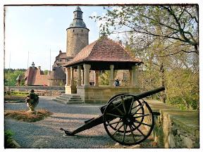 na zdjęciu armaty na dziedzińcu zamku Czocha