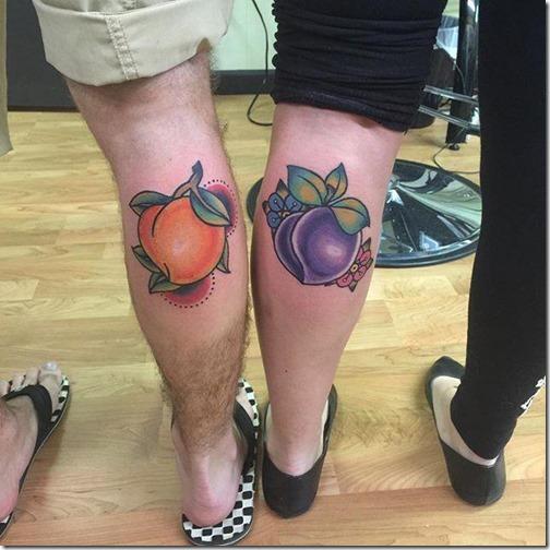 tatuaje_de_pessego_y_ciruela_en_las_piernas