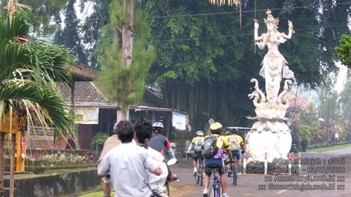 Suasana jalan menuju Bedugul, tepatnya di daerah Petang.