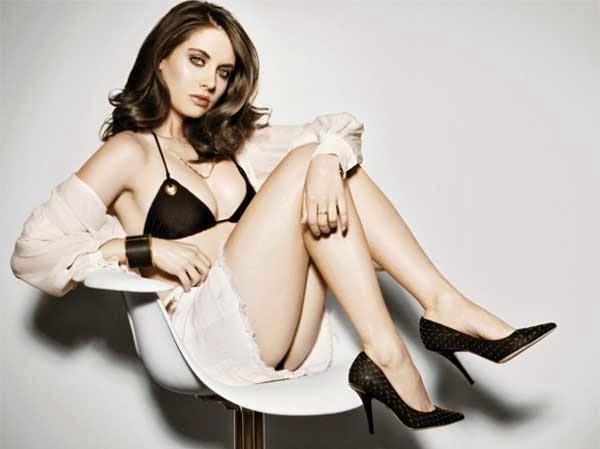 Alison Brie, desnuda