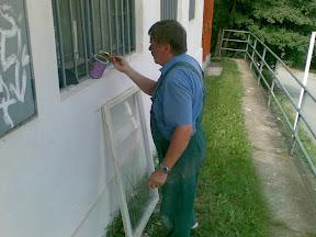 Odstraňovanie starých farieb z okenných rámov. Hoci ich držala pohromade práve už len tá farba.
