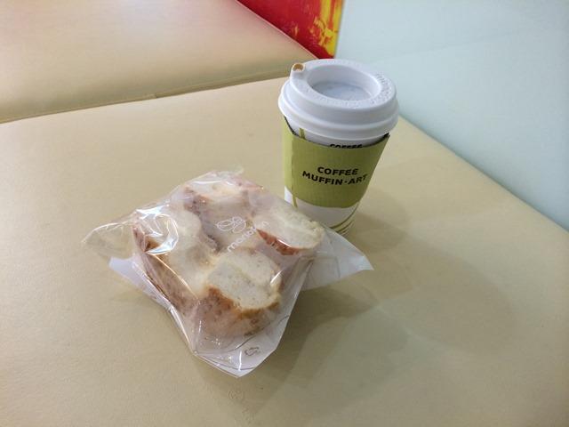 2014-01-23 08.51.28 在地鐵站跟OL們一起排隊買的早餐