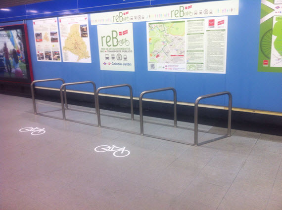 Presentados los aparcabicis en el transporte público y la red de itinterios -ReB y RiB-