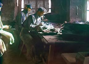 Каслинские мастера за работой, примерно 1910 год. Фото из альбома «Виды Уральских гор, обзор промышленного района, Российская Империя»