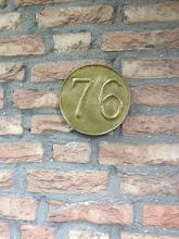 Photo: Mieke. messing geciseleerd huisnummer.