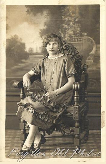 1920 dressVitava Postcard DL ant