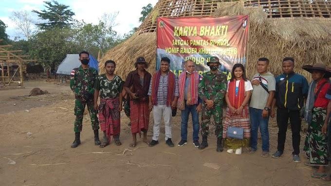 TNI Laksanakan Karya Bakti Bantu Warga Bangun Rumah Adat