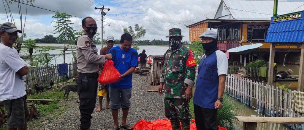 Personil TNI Polri Kompak Bantu Korban Banjir di Pammana