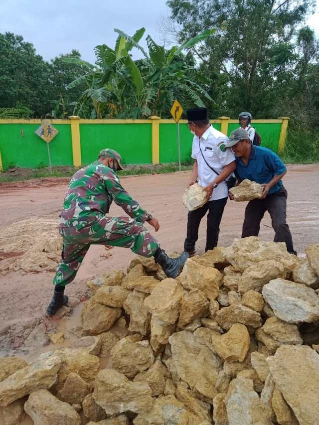 Babinsa Koramil Muara Badak Bersama Masyarakat Laksanakan Gotong royong Perbaiki jalan Umum Yang Berlubang