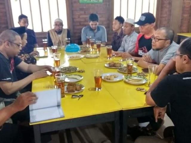 Pertemuan rutin bulanan Tim Bersih-bersih Masjid Magelang, Pertemuan untuk bulan Desember ini bertempat di Rumah Makan Omah Boto Pakelan, Magelang.