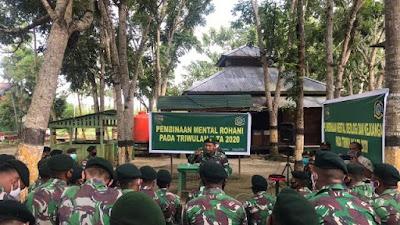 Prajurit Satgas Raider 300 Menerima Pengarahan Dari Bintal Dam XVII/Cen