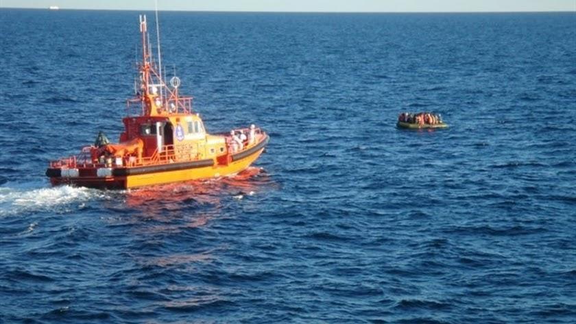 Imagen de archivo del rescate de una patera por Salvamento Marítimo.