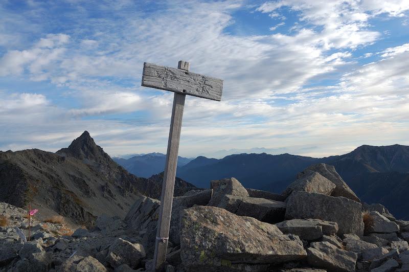 中岳の頂上と槍ヶ岳
