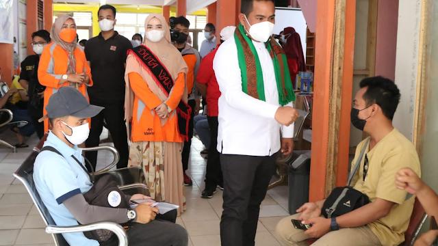 Bupati Pelalawan bersama Duta Vaksin melakukan peninjauan Vaksinasi Tahap II di Puskesmas Berseri Pangkalan Kerinci