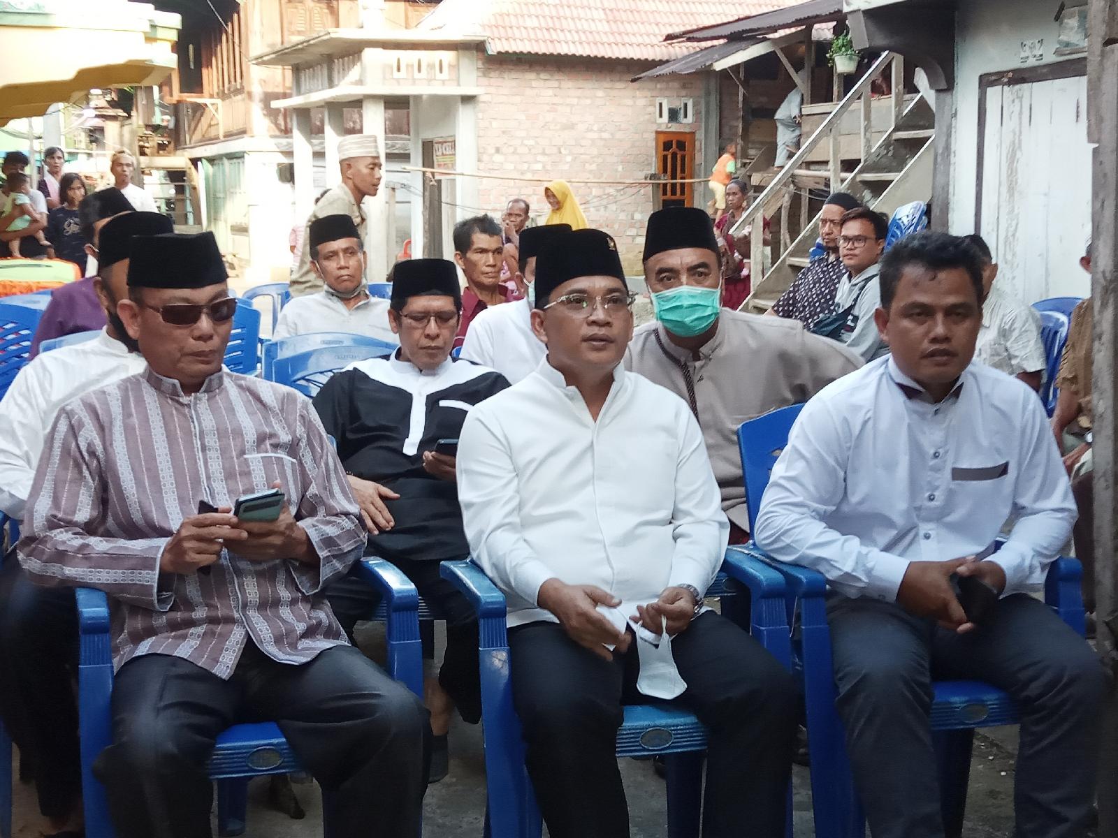 HDS bersama rombongan dikediaman Kepala Desa Pulau Kidak. (Poto/ari)