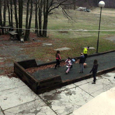Djeca su se odmah primila uređenja okoliša..