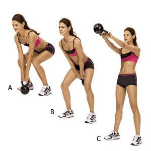 Девушка выполняет упражнение с гирей