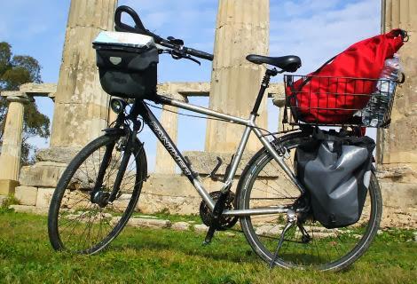 Herrenrad Panther Dominance Trekking mit Ortlieb-Taschen vor dem Hera-Tempel in Metaponto, Basilikata, Italien