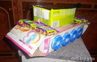 приклеиваем колеса и обклеиваем танк конфетами