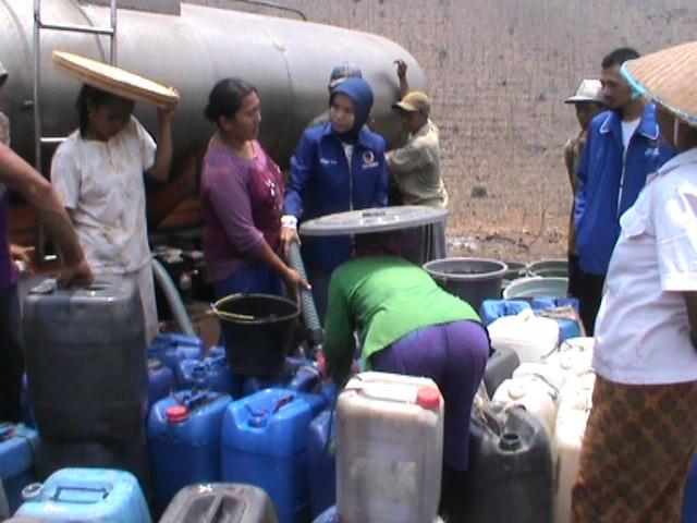 Peduli Kekeringan, Nasdem Jombang Kirim Bantuan Air Bersih untuk Warga Wonorejo