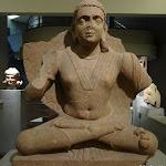 Le bodhisattva Maitreya. Uttar Pradesh, région de Mathura. Epoque kusana, fin du 1er s. ou première moitié du 2e s. Grès rouge. MA 6774.