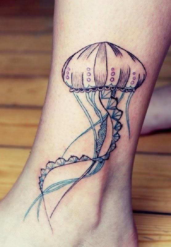 Simplista água-viva tatuagem no tornozelo. O simples tinta de design, é o que o torna especial, como parece arrumado e limpo e perfeito para o lugar aqui é tatuado.