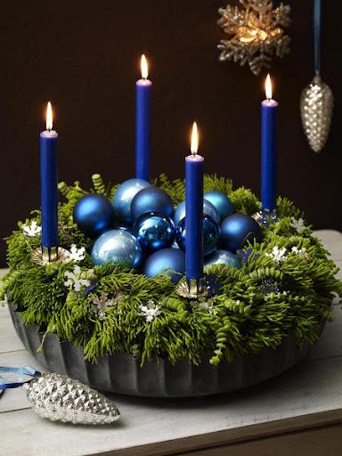 coroa do advento com bolas e velas azuis