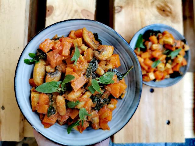 Wegański gulasz z batatów i tofu