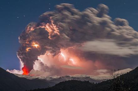 Όταν ο κεραυνός συνάντησε τη λάβα το 2014 με την έκρηξη του ηφαιστείου Gordón Caulle στη Χιλή