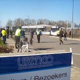 4 - demonstranten en anderen bij de poort