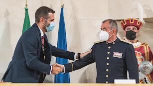 Ramón Fernández-Pacheco felicita a Javier Soriano.