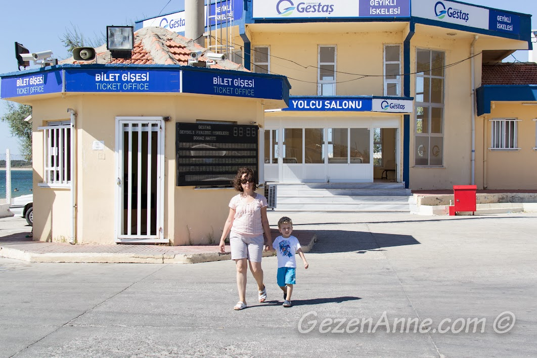 Geyikli iskelesinde Bozcaada feribotu beklerken