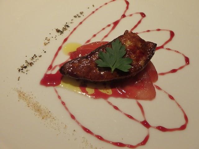 鴨のフォワグラのポワレ、季節のフルーツソース