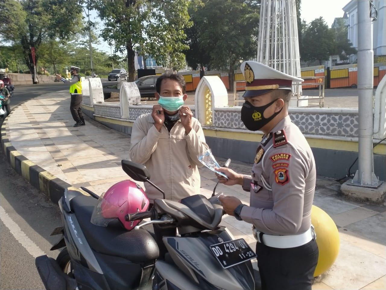 Sat Lantas Polres Soppeng Sosialisasi Ops Keselamatan Serta Gelar Bagi - Bagi Masker