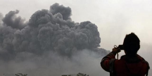 Erupsi gunung Kelud ini mengakibatkan hujan abu dan kerikil yang menutupi banyak wilayah di Jawa Timur