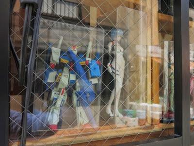 店頭に飾られたガンダムと綾波レイのフィギュア