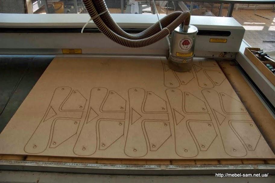 Станок ЧПУ вырезает из фанеры заготовки. Они станут матрицами, по которым будет гнуться фанера