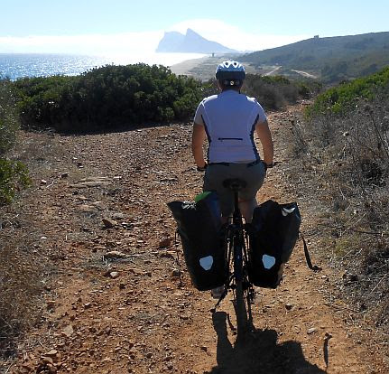 Miri on the Bike vor dem Felsen von Gibraltar