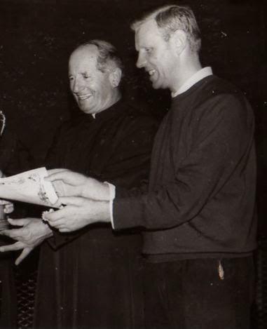 Don Moretti (a sinistra) e don Andreatti alla premiazioni del Torneo calcistico
