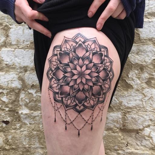 Mandala desenho de tatuagem de coxas,