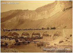 صورة في أوائل عام 1900 على نهر اليرموك الجسر ، سكة حديد الحجاز وهو موجود حتى الان وتسمى المنطقة الموجود فيها (ام المقارن) غرب سد الوحدة 1/2 كيلو متر