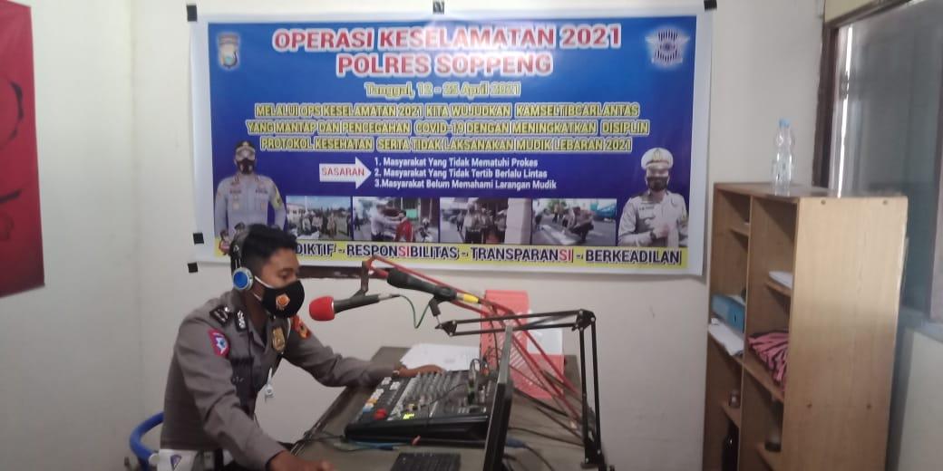 Melalui Radio Adyafiri FM Sat Lantas Polres Soppeng Gemakan Sosialisasi Ops Keselamatan 2021