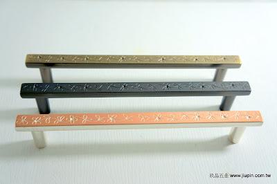 裝潢五金 品名:321-古典取手 規格:128M/M 顏色:青古/鐵黑/粉白色 型式:可加墊片變成正面鎖螺絲 玖品五金