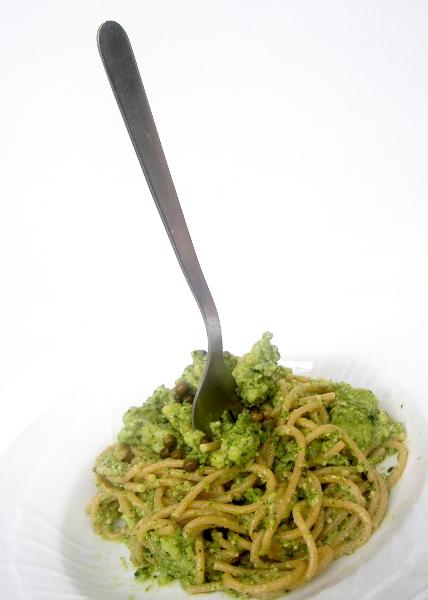 spaghetti integrali con pesto, broccoli e pepe verde in salamoia