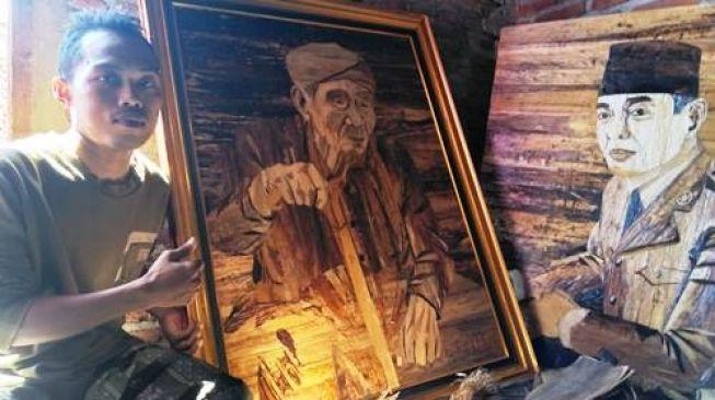 Keren! Seniman Asal Demak, Lukis Soekarno dan KH Maimoen Zoebair dengan Pelepah Pisang