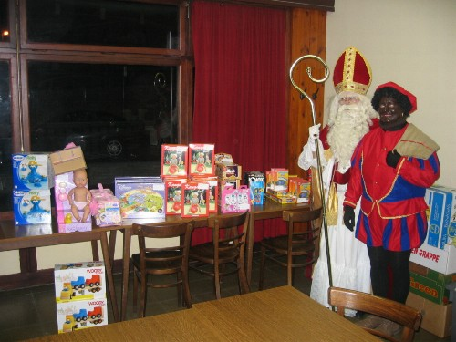 Sint en Piet wachten op de kindjes om de geschenken uit te delen.