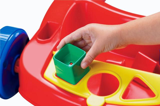 Có các hình khối để bé lắp vào đầu xe, giúp bé học phân biệt hình khối màu sắc
