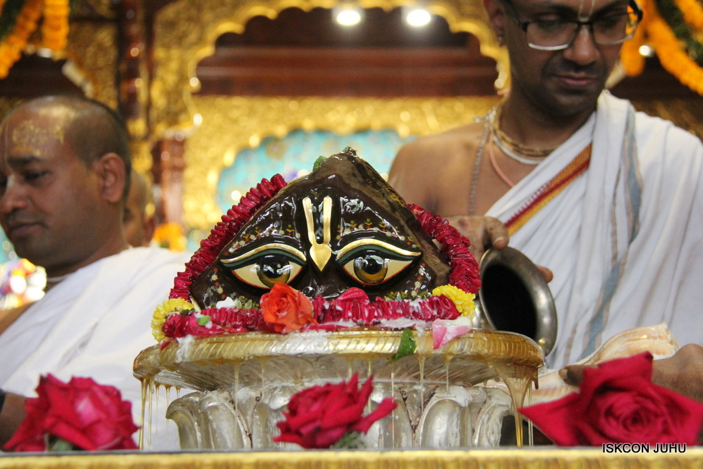 Govardhan Abhishek Darshan  At ISKCON Juhu on 31st Oct 2016 (41)