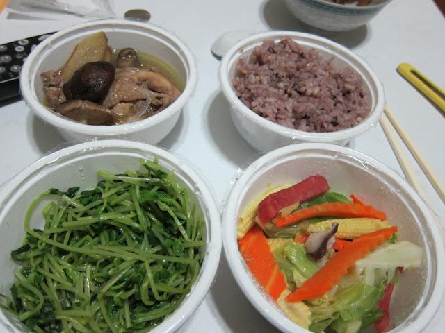 紫米飯、苦油香菇燉雞塊(含薑片)、什錦火腿炒高麗苗(含香菇、玉米筍、紅蘿蔔)、炒豆苗