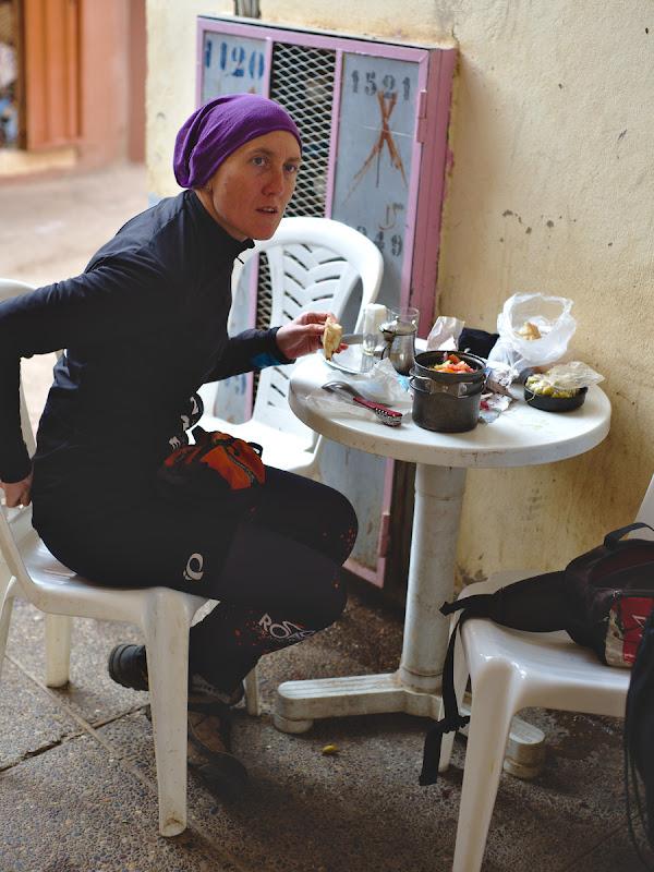 Masa improvizata de pranz, cu salata cu ton, masline, paine proaspata, adapostiti de ploaie intr-un gang din Souk-ul din Tafraoute.